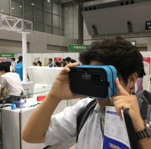 VR体験の荻野店長